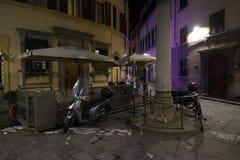tappning för gata för flod för natt arno bakgrundsflorence för glödande lampa Arkivbilder