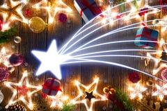 Tappning för julstjärnavykort på trä royaltyfria foton