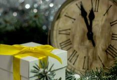Tappning för ` s för jul och för det nya året tar tid på visning fem till midnatt Festlig afton med gåvaasken Royaltyfria Bilder
