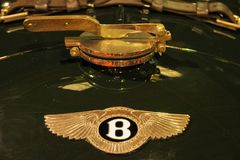 tappning för sepia för bilbil retro Bentley emblem arkivbilder