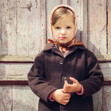 tappning för stil för illustrationlilja röd Liten gullig flicka på bakgrunden av den gamla dooen fotografering för bildbyråer