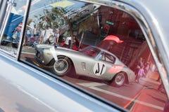 Tappning Ferrari i reflexionen av bilfönstret Royaltyfri Bild