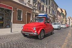 Tappning Fiat 500 med en rolig hatt Arkivfoton
