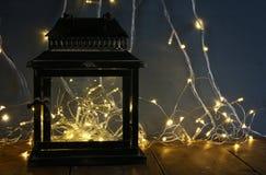 tappning filtrerade bild av felika ljus inom den gamla lyktan Royaltyfri Bild