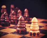 Tappning filtrerade bilden av schack, ett mot allt begrepp Royaltyfri Foto