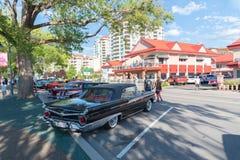 Tappning Ford Galaxie Fairlane som parkeras på gatan för bilshow royaltyfria bilder