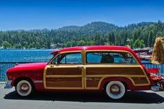 Tappning Ford Woody på sjöpilörten royaltyfri fotografi