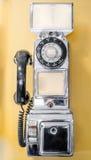 Tappning gammal-stil som är retro, fungeringsmynt, löntelefon från forntiden Royaltyfri Fotografi