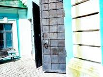 Tappning glaserad medeltida dörr för metall Arkivfoto