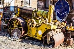 Tappning gula Mini Steam Roller arkivfoton
