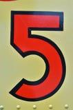Tappning hand-målade nummer 5 på gul fastnitad metall Royaltyfria Foton
