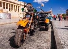 Tappning Harley Davidson i Havana Arkivbild