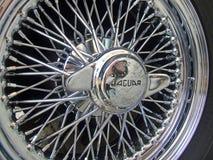 Tappning klassiskt hjul för Jaguar biltråd arkivbild