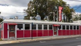 Tappning L & röd matställe för S, Harrisonburg, Virginia, liten stad Amerika - Main Street USA - Oktober 26, 2016 Arkivbilder