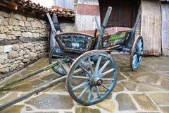 Tappning målade trävagnen i by av Zheravna, Bulgarien Royaltyfri Foto