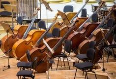 Tappning musikinstrument, gamla bas- violor på etapp Arkivbilder