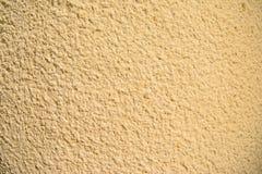 Tappning- och grungeguld, kräm eller beigabakgrund av naturligt cement eller gammal textur för sten, retro modellvägg fotografering för bildbyråer
