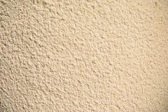 Tappning- och grungeguld, kräm eller beigabakgrund av naturligt cement eller gammal textur för sten, retro modellvägg royaltyfria foton