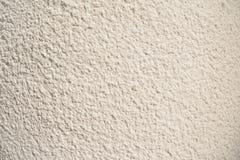 Tappning- och grungevit, kräm eller beigabakgrund av naturligt cement eller gammal textur för sten, retro modellvägg arkivfoto