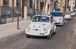 Tappning och nya Fiat 500 Abarth Arkivbilder