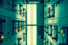 Tappning- och suddighetssignalen av den elektriska switchgearen hyr rum, industriellt Arkivfoton