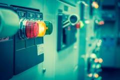 Tappning- och suddighetssignalen av den elektriska switchgearen hyr rum, industriellt Royaltyfri Bild