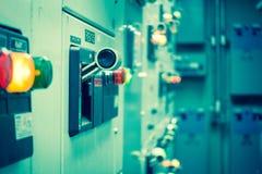 Tappning- och suddighetssignalen av den elektriska switchgearen hyr rum, industriellt e Royaltyfria Bilder