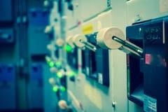 Tappning- och suddighetssignalen av den elektriska switchgearen hyr rum, industriellt e Arkivfoton