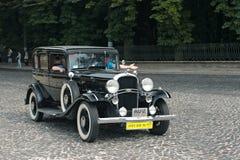 Tappning Oldsmobile på den retro Leopolis för billopp granda prixen Arkivfoto