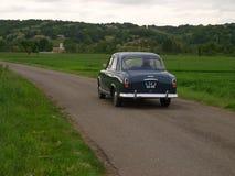 Tappning Peugeot 404 på vägen Arkivbilder