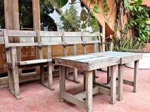 Tappning presiderar och bordlägger inre och garnering i restaurang Royaltyfri Fotografi