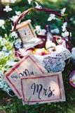 Tappning Provence, bröllop för vin för korgblommor Royaltyfri Foto