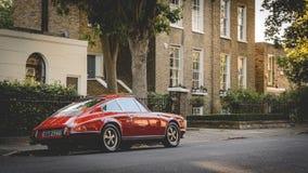 Tappning r?da Porsche parkerade i en gata av Canonbury i norr London UK Juli 2017 royaltyfria foton