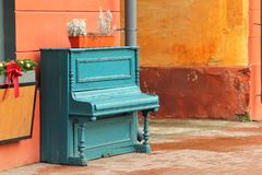 Tappning red ut akvamarinpianot som var utomhus- i gatacentret Royaltyfri Bild