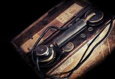 Tappning riden ut militär telefon från WWII-period Arkivbilder