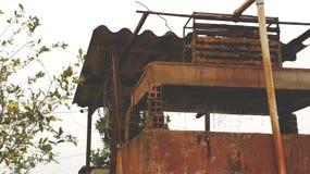 Tappning Rusty Old Well med rinnande vatten royaltyfri foto