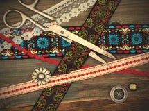 Tappning scissors, antika band och klassikerknappar Royaltyfri Fotografi