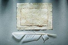 Tappning skrynklig pappers- arkvingpenna på grå bakgrund Royaltyfria Foton