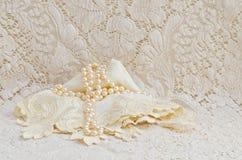 Tappning snör åt näsduken och pärlor royaltyfria foton