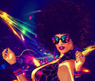 Tappning som är retro, diskodansareflicka med afro- hårstil Bild för sexig hög energi för underhållning-, klubba och utelivteman royaltyfri illustrationer