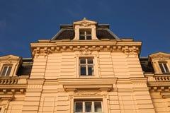 Tappning som bygger staden för kontor för röd tegelsten den i stadens centrum gamla Arkivbild