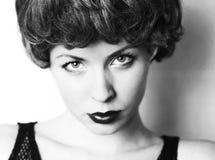 Tappning som den mjuka fokusståenden av en ung kvinna Arkivfoton