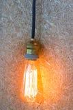 Tappning som hänger den ljusa kulan, dekorerade på den bruna väggen Fotografering för Bildbyråer