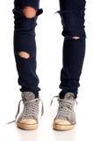 Tappning som ser gymnastikskor och riven sönder jeans Royaltyfri Foto
