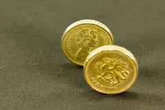 Tappning som ser mynt för brittiskt pund; valuta av UK arkivfoto
