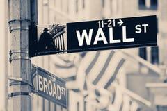Tappning som ser vägggatan, undertecknar in New York City Royaltyfri Bild