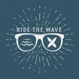 Tappning som surfar diagram och emblemet för rengöringsdukdesign eller tryck Surfare design för strandstillogo Glass bränningembl Royaltyfri Bild