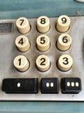 Tappning som tillfogar maskinräknemaskinen, dammigt tangentbord för closeup Royaltyfria Foton