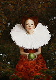 Tappning. Stiliserad röd hårkvinna i Retro jabot med gröna Apple Fotografering för Bildbyråer