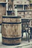 Tappning stiliserade fotoet av trätrumman med flaskor av vin Royaltyfria Foton